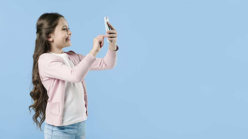 <a href='https://www.freepik.com/free-photo/girl-taking-picture-with-phone-in-studio_2399792.htm'>Designed by Freepik</a>